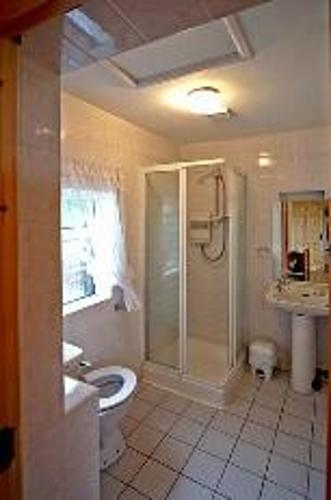 bungalow bathroom.jpg